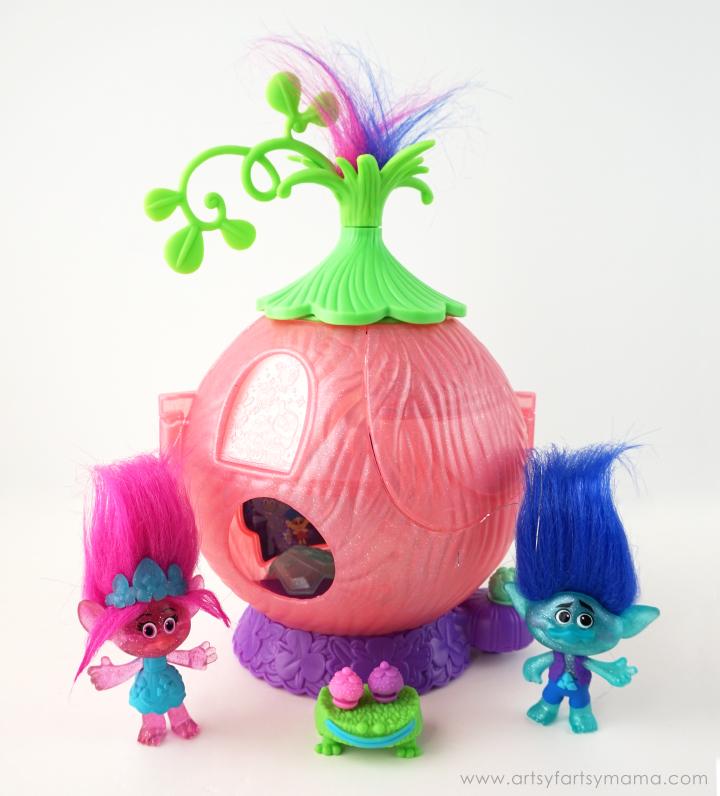 Trolls Gift Guide 2016: DreamWorks Trolls Poppy's Coronation Pod playset