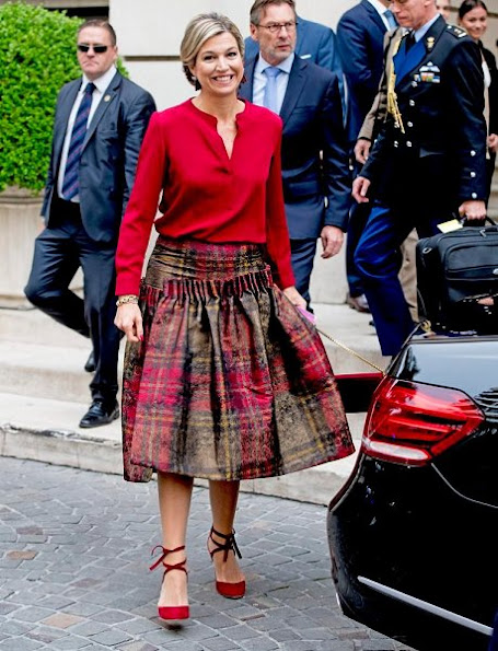 Queen Maxima, President Mauricio Macri his wife Juliana Awada and his daughter Antonia, Maxima wore skirt, red dress, Chanel Handbag, Natan red shoes