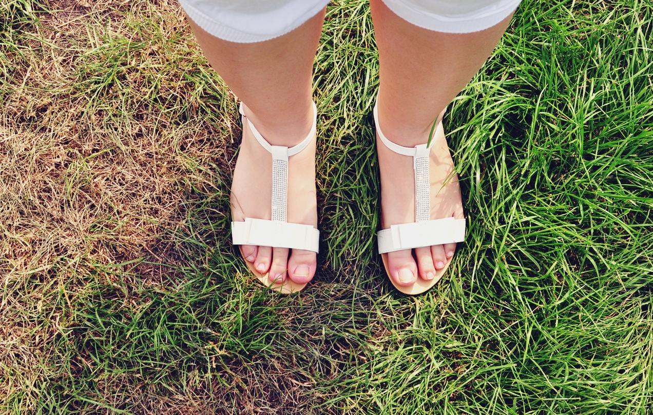 sandalki-biale-na-lato