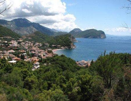 Албания расположена в западной части Балканского полуострова на побережье Адриатического и Ионического морей
