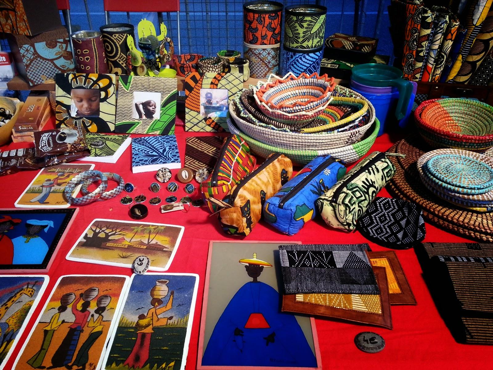 Objets d'artisanat sur le stand de marché de Sunu Africa