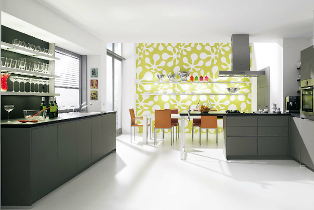 cocina-gris-con-pared-decorada-verde