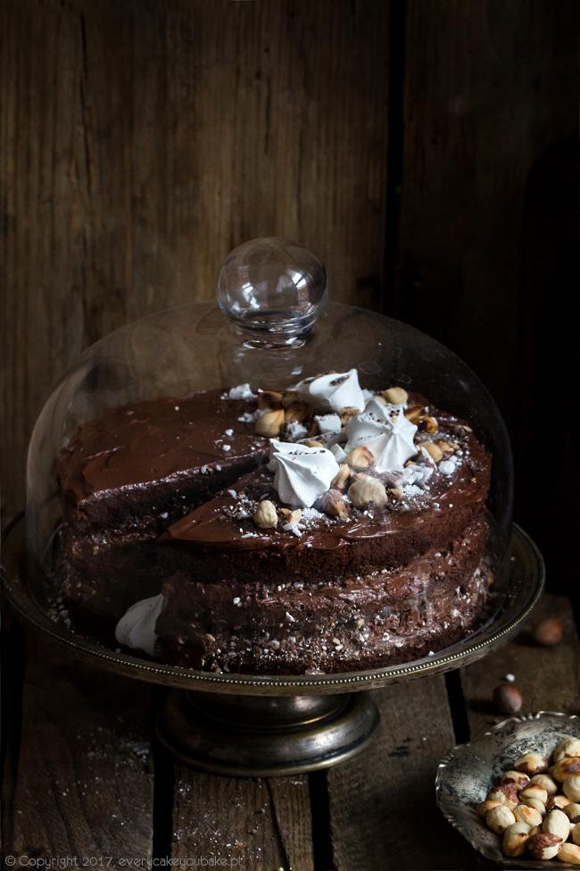 """tort czekoladowo orzechowy z chrupiącym """"piaskiem"""" orzechowym i bezami"""