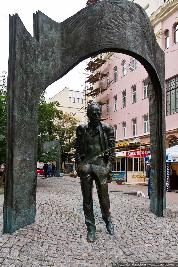 Памятник Булату Окуджаве в Плотниковом переулке