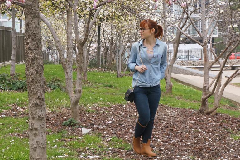 Mille ans après tout le monde, j\u0027ai craqué sur une chemise en jean. Légère.  Souple. Poches ouvertes, pas boutonnées. Que je peux porter entrouverte et  nouée
