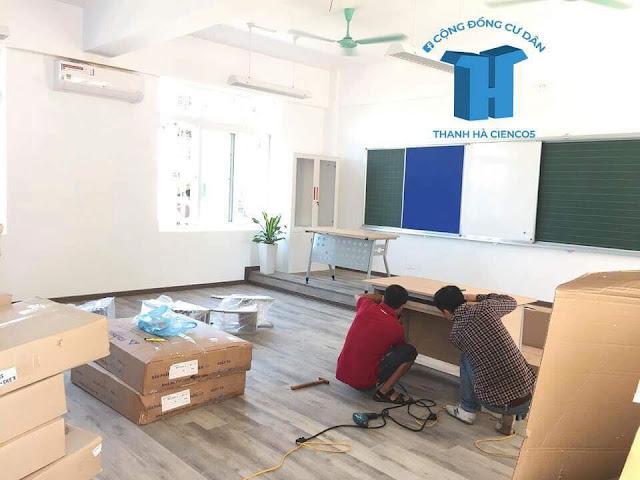 Phòng học đang được hoàn thiện lắp đầy đủ các trang thiết bị phục vụ cho học tập