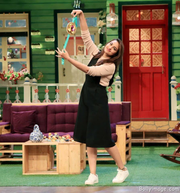 Sonakshi Sinha with Rakhi on the kapil sharma show pic