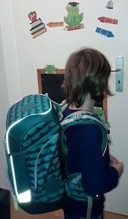 Junge trägt Ergobag cubo