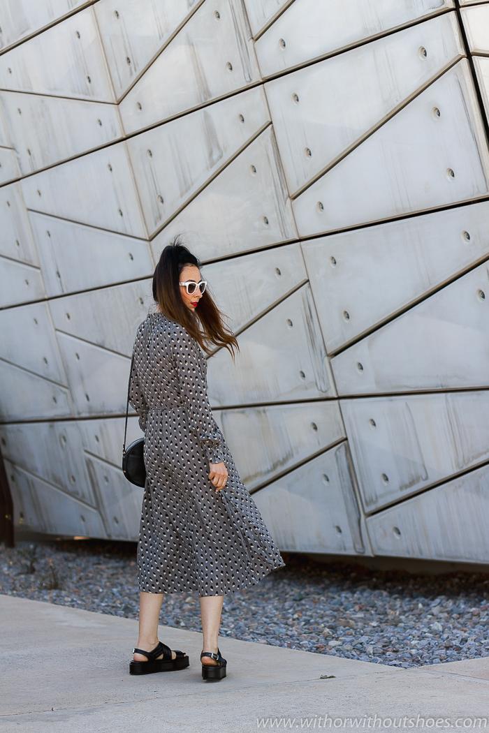 Tendencias Streetstyle: Look con vestido midi estampado NÜ Denmark y sandalias flatforms AGL
