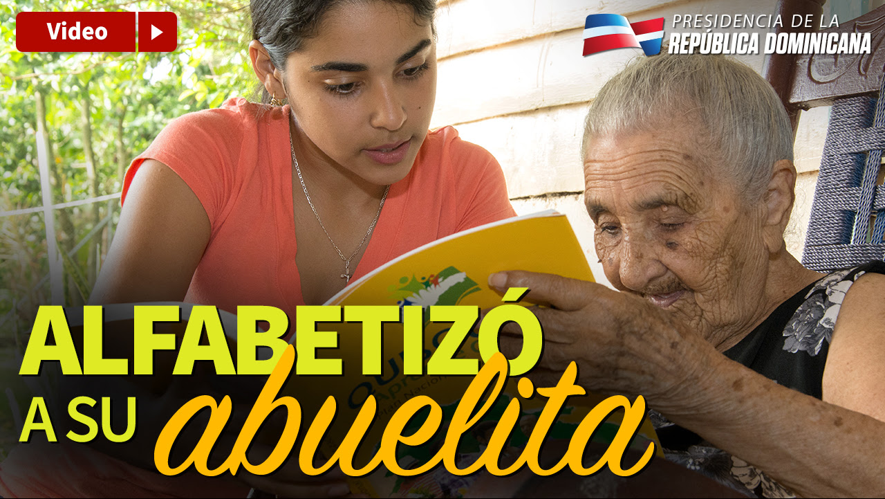 VIDEO: Alfabetizó a su abuelita