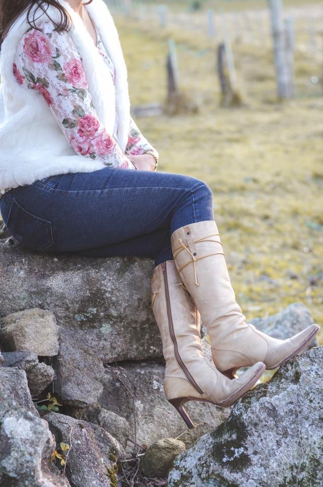 Skinny jeans, colete branco de pele fake, bata floral e botas