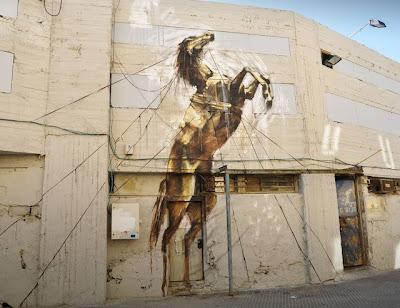 Mural y arte con un caballo en la calle