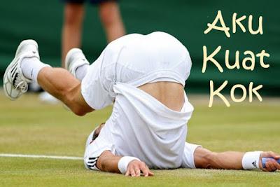 gambar pemain tenis terjatuh kebelakang