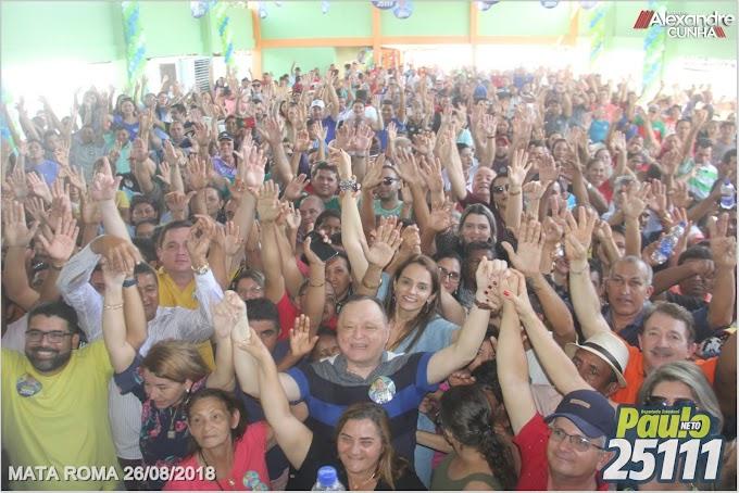 Nos braças de uma multidão, Paulo Neto lança sua campanha na cidade de Mata Roma.