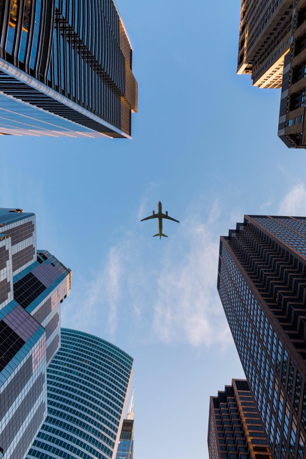 Plazalar Arasından Geçen Uçak