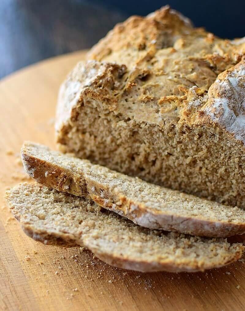 Pan de soda tradicional irlandés hecho con harina integral, bicarbonato y suero de leche