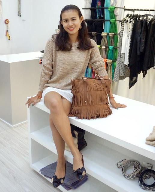 Yem Sonita posant pour une tenue décontractée