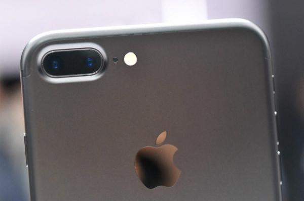 تقرير: كاميرا الآيفون قادرة على التجسس على المستخدمين (فيديو)