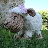 http://gateandocrochet.blogspot.com.es/2015/09/patron-oveja-amigurumi-sheep-amigurumi.html