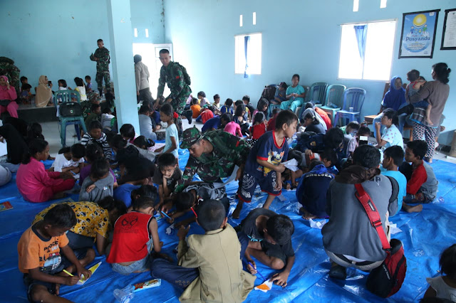 Prajurit TNI Bantu Pulihkan Trauma Healing Anak-Anak Korban Gempa di Palu