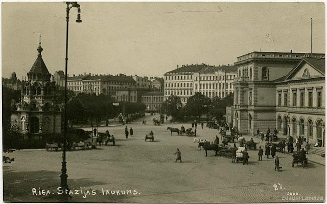 1920-е годы. Привокзальная площадь. Справа здание вокзала. Слева - часовня Святого Александра Невского