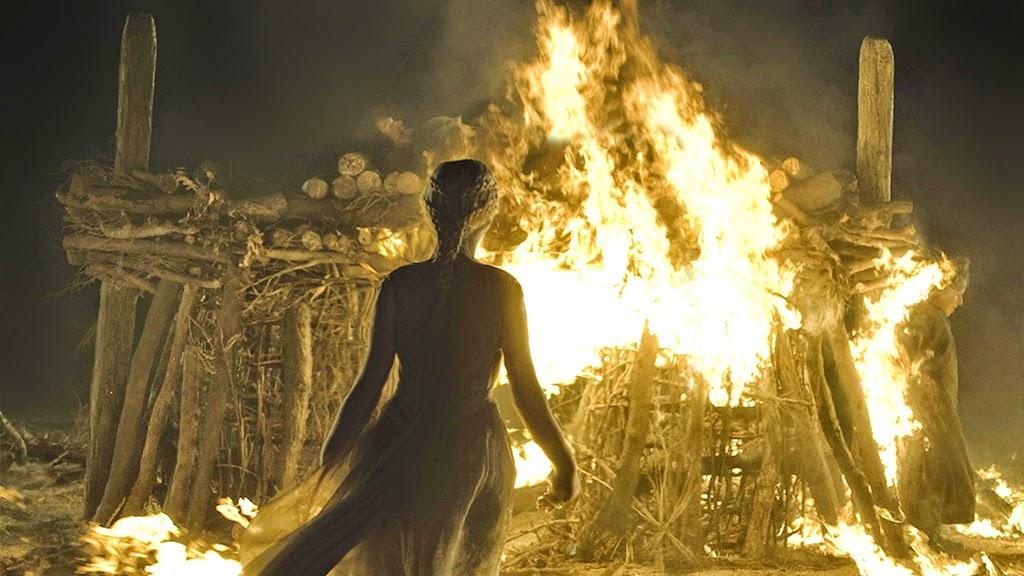 Juego de tronos, Daenerys Targaryen (La Khaleesi) frente a la pira funeraria de Khal Drogo. Game of Trones