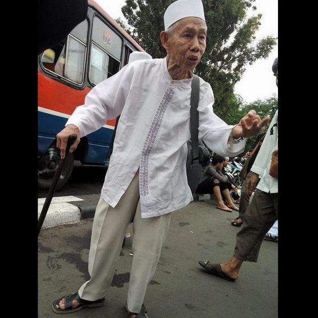 Subhanallah... Ghiroh Membela Agama, Kakek Dari Bogor Datang Dengan Bertongkat dan Kondisi Berpuasa Ikut Aksi 313