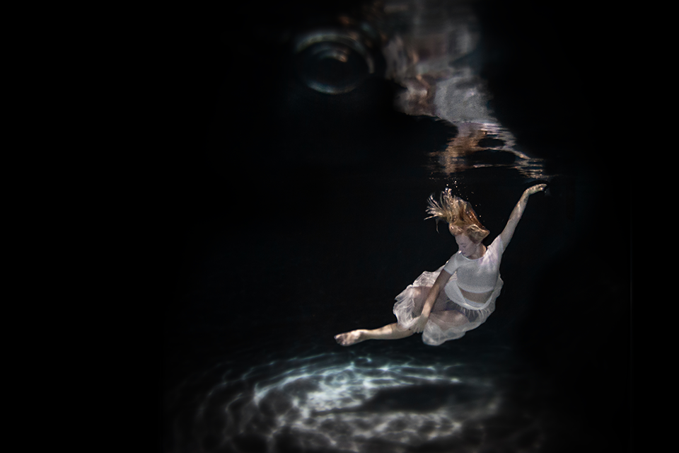 17-Under-Water-Jenna-Martin-Surreal-Photographs-with-Underwater-Shots-www-designstack-co