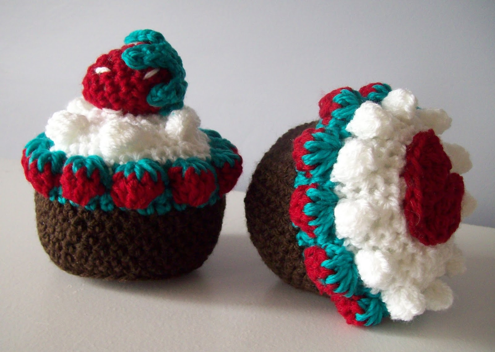 Free crochet patterns by cats rockin crochet strawberry fields chocolate cup cake bankloansurffo Image collections