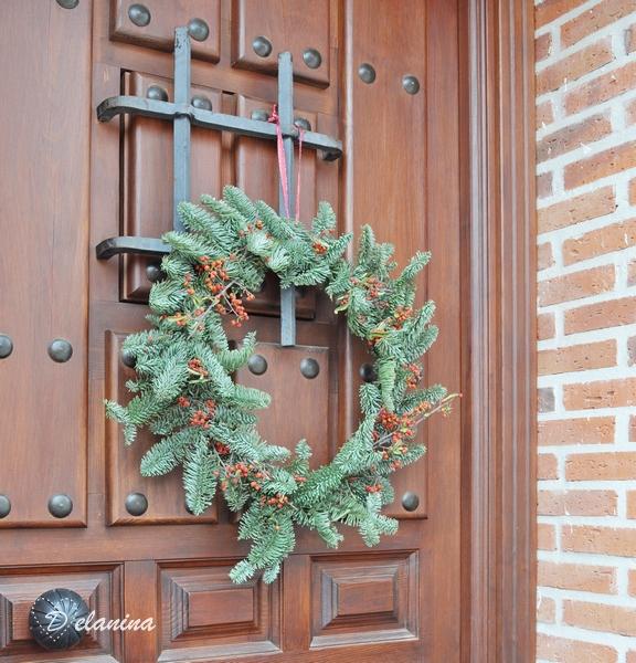 Corona colgada puerta