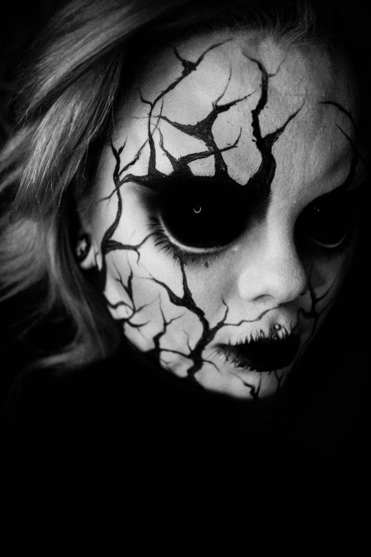 01-Purge-Carla-CrimsonnOnyxx-Face-and-Body-Painting-by-a-Chameleon-like-Artist-www-designstack-co