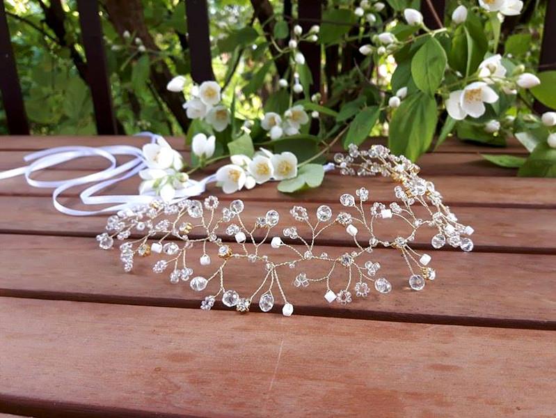 Złoty wianek ślubny z kryształkami.