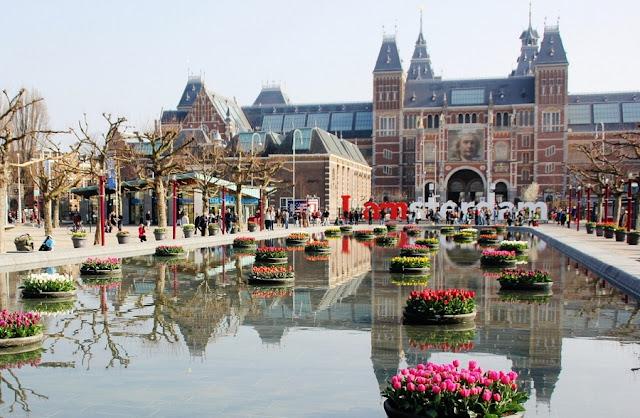 Praça Museumplein em Amsterdã