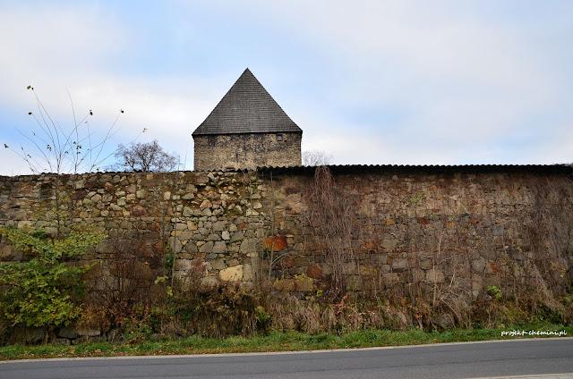 Wieża w Siedlęcinie, od strony drogi