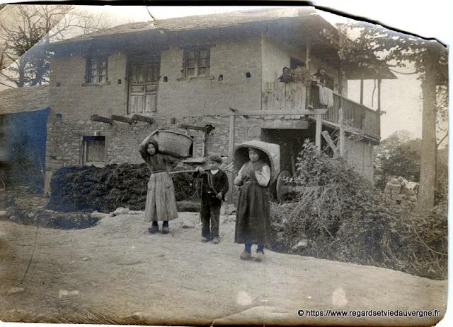 photo noir et blanc ancienne : départ pour la récolte.