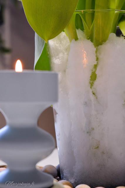 lunta maljakossa tulppaani havi aarikka tuikku kynttilä talvi