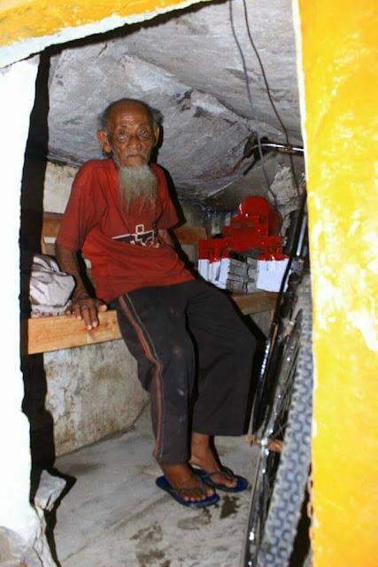Gunakan Sepeda, Kakek Ini Tiap Hari Jualan Es Di Usia Senjanya, Ternyata Kondisi Rumahnya Memilukan