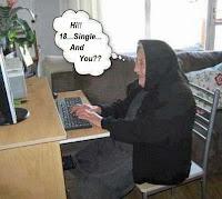 Witzige alte Frau chatten am Computer - Komisches mit Text