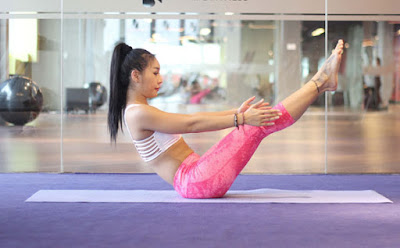 Bài tập giảm béo bụng sau sinh với động tác nghiêng chân