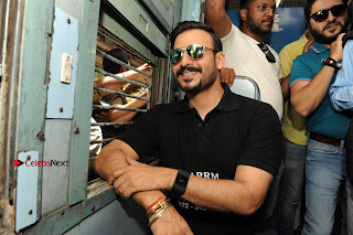 Bollywood Actor Vivek Oberoi Snapped Travelling by Local Train to Kelve  0003.JPG