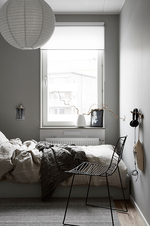 Bedroom with gray walls via Hitta Hem