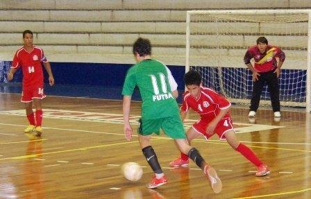 Bermain Futsal