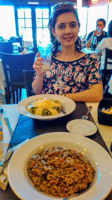 Comida no restaurante Il Fratello: uma salada e um risotto funghi.