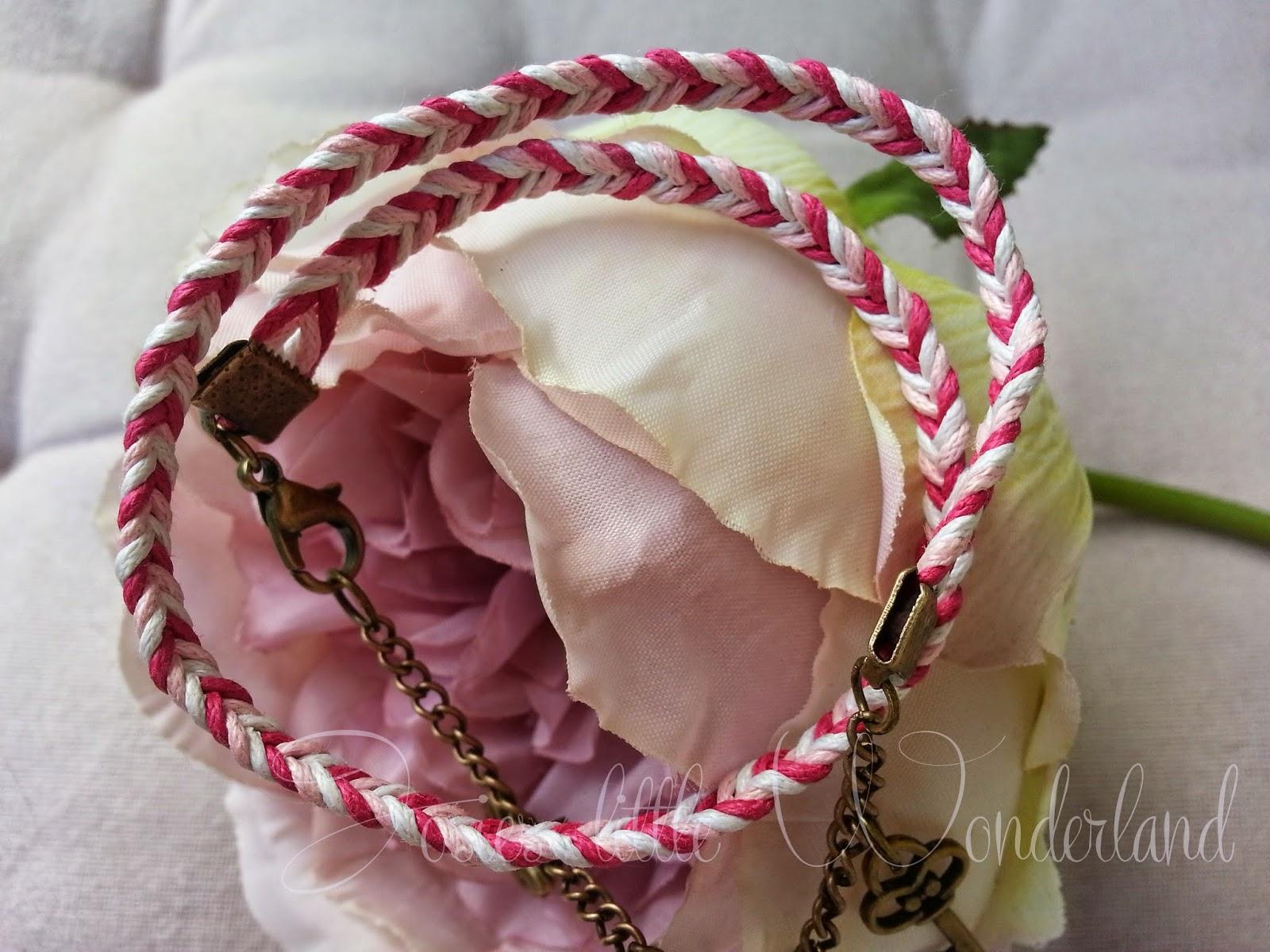 Bastelstunde | Geflochtenes Armband mit Charms - www.josieslittlewonderland.de . diy, bastelstunde, handmade, armband selber flechten im Fischgrätmuster, Bettelarmand, Armband mit Charms diy