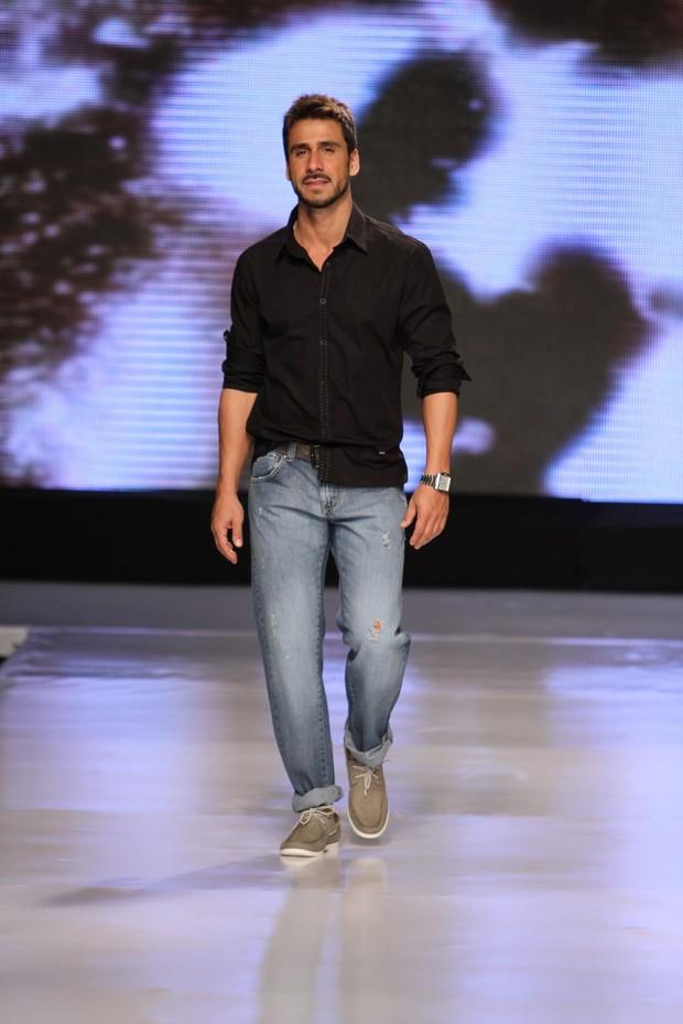 Júlio Rocha desfilou no primeiro dia do Vitória Moda Show 2012