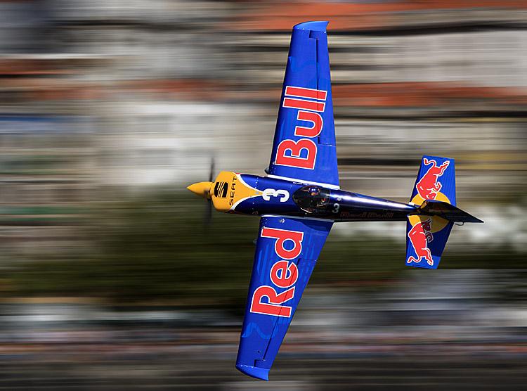 Avião azul de Peter Besenyei em grande plano destacado do fundo pelo efeito de deslocação da lente