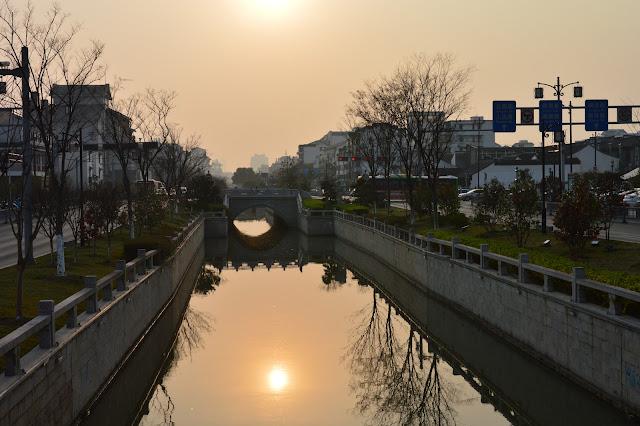Coucher de soleil aux bords des canaux à Suzhou