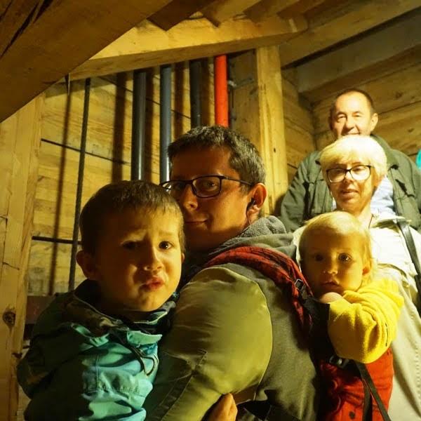 tata z dzieckiem w nosidle lenny lamb symfonia i drugim na rękach, zwiedzanie Wieliczki