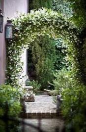 rumah dengan dekorasi bunga melati