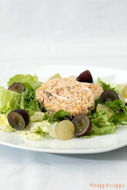Terrina di Salmone e gamberi su misticanza e uva